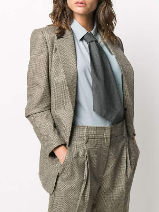 девушка в брючном костюме и галстуке