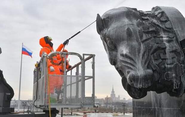 Московские памятники и фонтаны начали отмывать после зимы