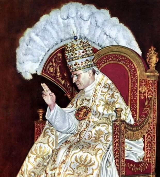 800px-Papst_Pius_XII._Krönung_1939JS-663x732 (1)