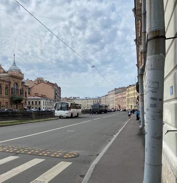 Петербург «захватил» ОМОН. Бойцы со щитами бегали у «Зенит Арены», а потом забили машинами канал Грибоедова