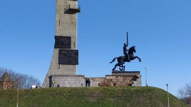 В Великом Новгороде за 2 дня до ремонта развалился монумент Победы