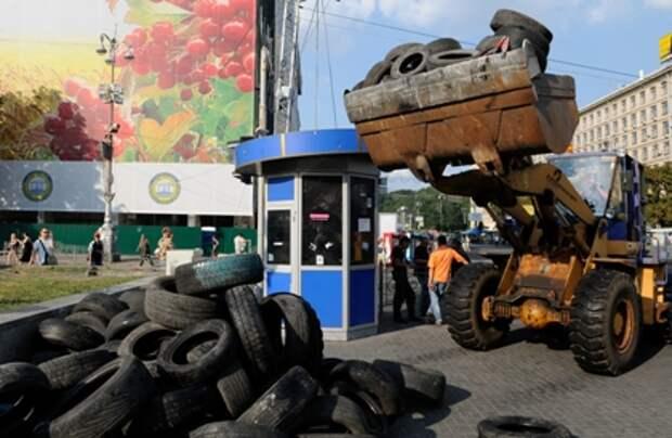 Разбор баррикад на площади Независимости 08.08.14
