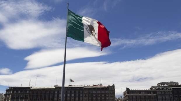 «Пахать на дядю Сэма»: мексиканцам предложат заработать на визу США мотыгой