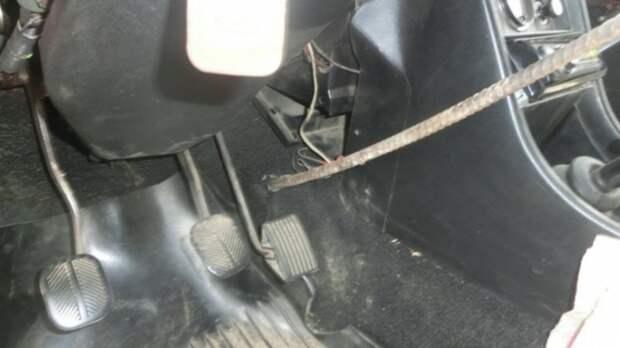 Торчащая из земли арматура проткнула автомобиль и руку водителя арматура, ваз, дтп, несчастный случай