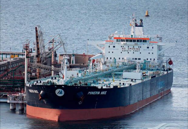 Перегородивший Суэцкий канал танкер сняли с мели