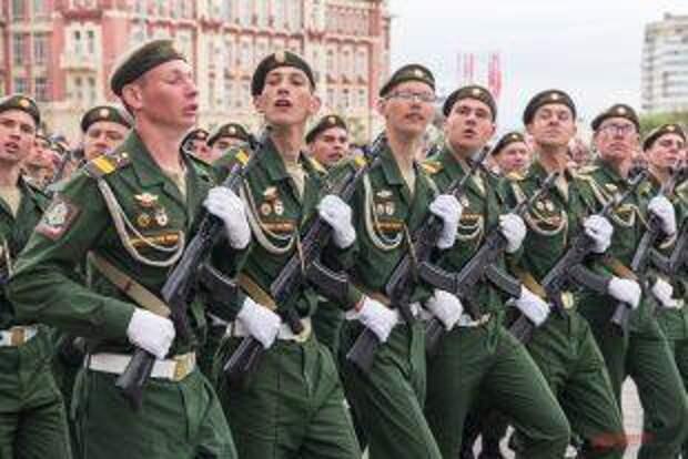 Почему на Параде Победы одни военные в фуражках, а другие в беретах?