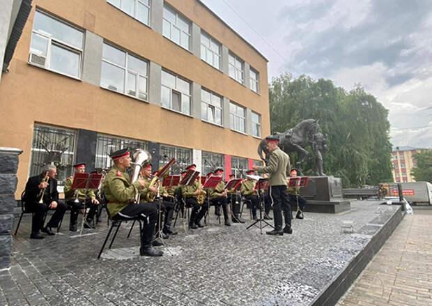 В Самаре Дом офицеров открыл летние вечера духовой музыки у памятника Александрийским гусарам