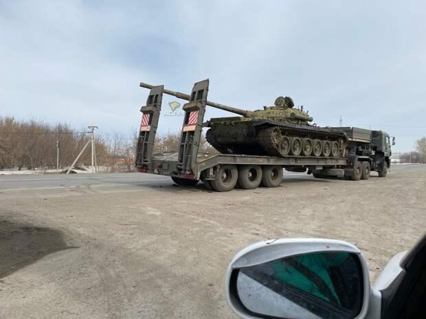 «Есть пробитие»: танк продырявил грузовик вСибири инапугал Рунет