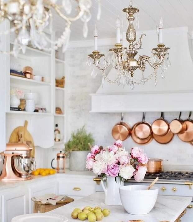 На белоснежной кухне. Для статьи использованы фотографии из Инстаграм-аккаунта Кортни @frenchcountrycottage и сайта frenchcountrycottage.net