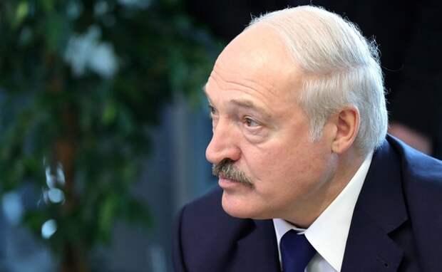 """Лукашенко рассказал, что получил письмо от Путина """"на пяти страницах"""" и его изучает Следком"""