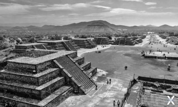 Вид на пирамиду Солнца и Дорогу мертв...