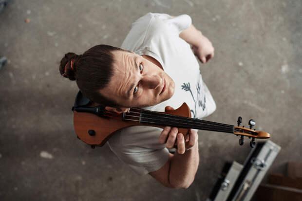 Художник заменил скрипичные струны своими волосами