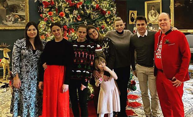 Князь Альбер в костюме Санты и елка мечты: княгиня Шарлен показала, как ее семья встретила Рождество
