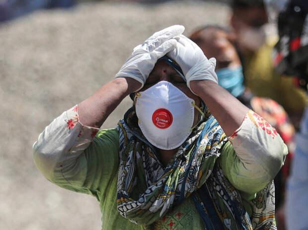 Смерть вакцинированного американского эксперта усилило страхи перед мутацией коронавируса