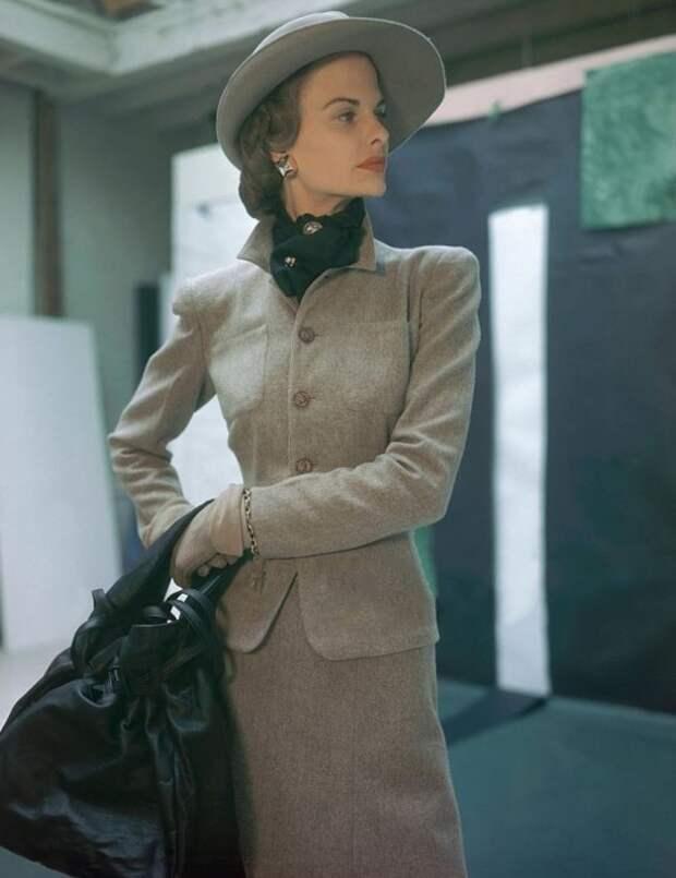 Модель в строгом костюме от Сэкони, 1946 год.
