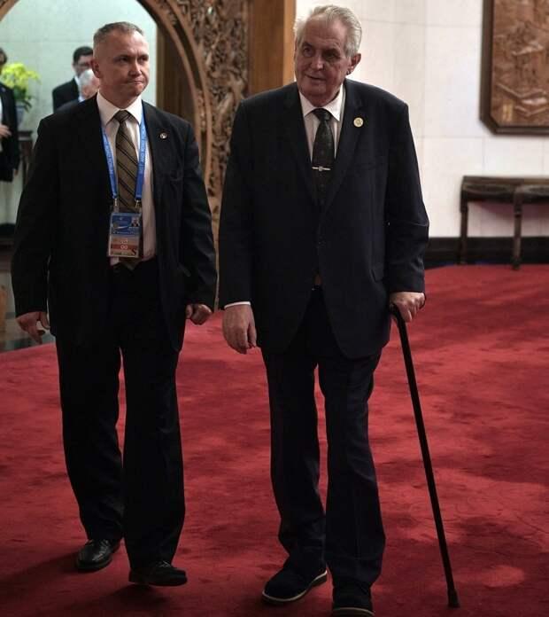 Президент Чехии будет передвигаться на инвалидной коляске