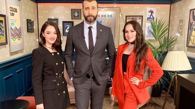 Ургант сфотографировался с Загитовой и Медведевой. Фигуристки пришли на его шоу на Первом канале