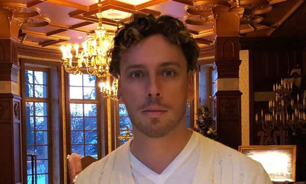 Максим Галкин показал, как сам меняет лампочки люстры в замке