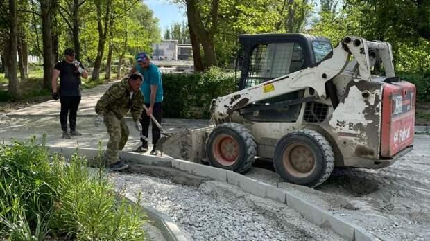Ремонтные работы в парке Защитников Героев Отечества в поселке Нижнегорский продолжаются